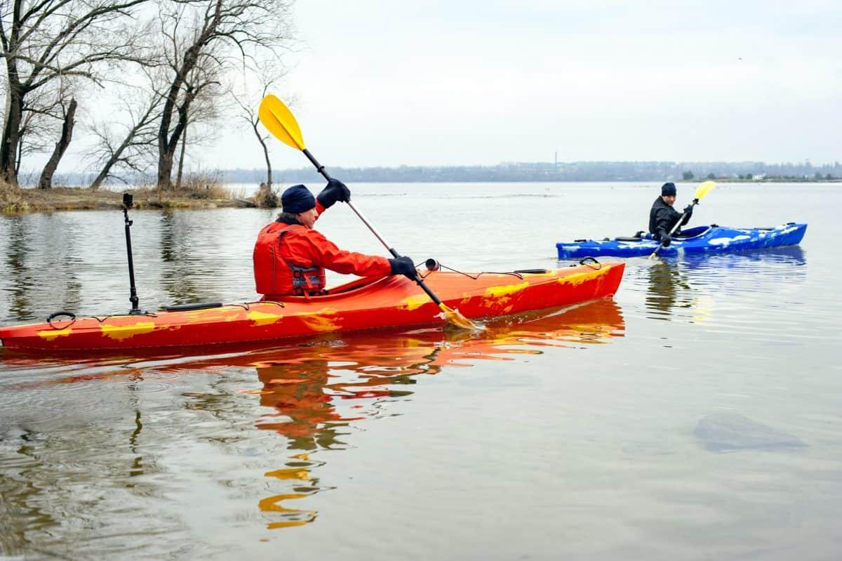 Gloves for kayaking - Two men in kayak paddling on cold water
