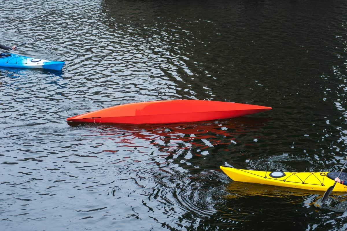Kayak loosing stability and rolling